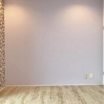 白色のクローゼットとパープルの壁の相性◎