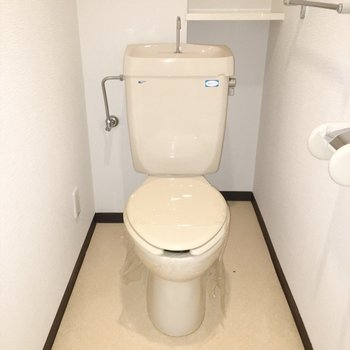 おトイレ。後ろの棚も有能〜!