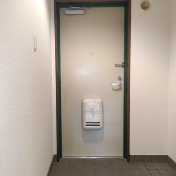 玄関。靴箱はないです…