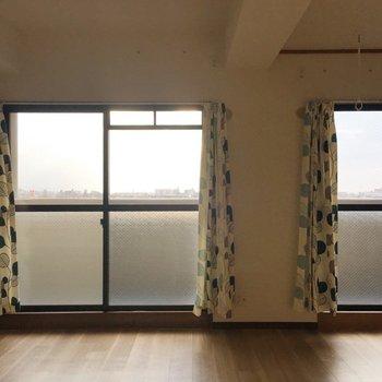 窓はなんと2面。バルコニーも広い〜!