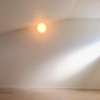 実は奥に行く程天井が高くなります。窓際は160センチで膝立ちできます!