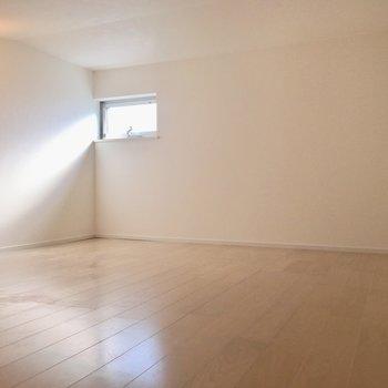 ロフトじゃなくて屋根裏部屋なんです。ライトと小窓の組み合わせで暗くなりません!