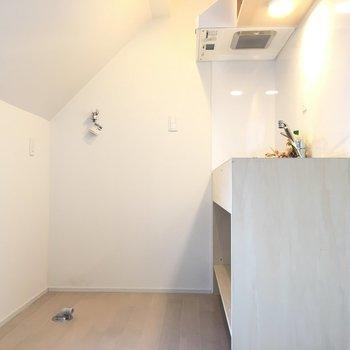 キッチンスペース。洗濯機もここに置くので少し狭く感じるかも