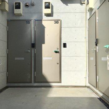 お部屋前はキレイに扉が並びます。