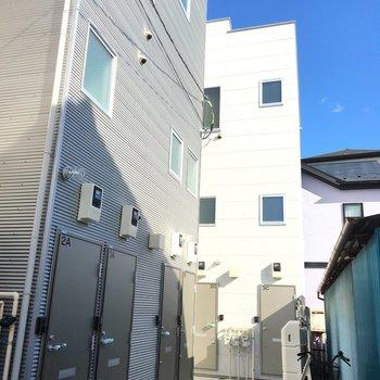 小岩の住宅街に突如現れる素敵な白ハウス。白い建物が青空に映えますね。