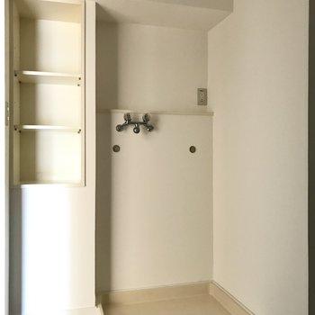 脱衣所もゆったりめ。洗濯機横の棚にタオル、上のスペースに洗剤を◎(※写真は通電前です)