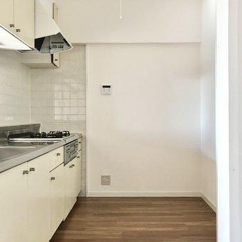 キッチンスペースは広々。冷蔵庫やラックも置けますよ◎
