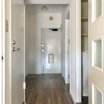 廊下の両脇に洋室2部屋がありました。まずは左側から!(※写真は通電前です)