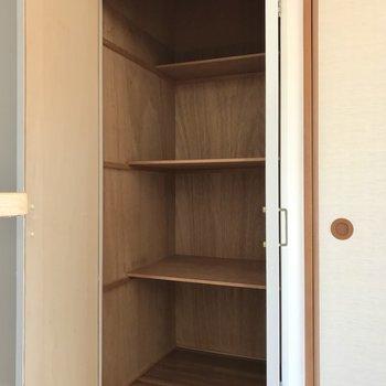 横にはこんな収納棚。生活用品のストック入れにぴったりですね!