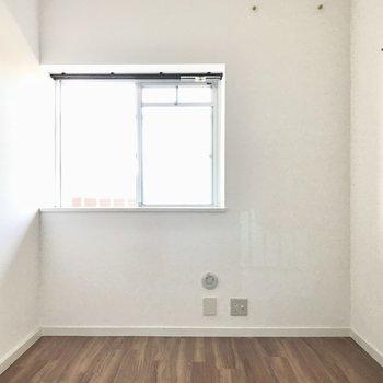 続いて4.5帖の洋室。出窓をサイドテーブルがわりにしても◎