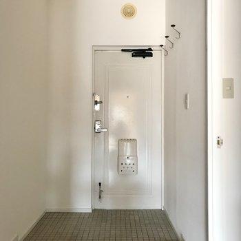 玄関の白さ、好きです。左側にシューズラックを置きましょうね(※写真は通電前です)