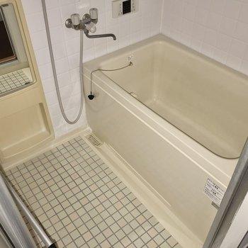 お風呂はちょっぴりレトロですがなんだか可愛い。追焚付きですよ!(※写真は通電前です)