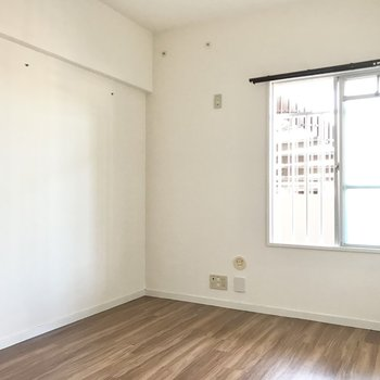左側は5帖の洋室。洋室は北西向き、共用廊下側に面しています