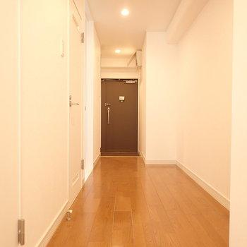 廊下の右側のスペースにはちょっとした棚を設置できそう。(※写真と文章は前回募集時のものです)