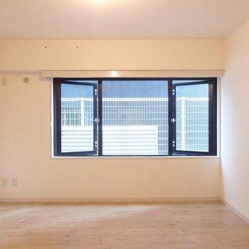 さいごはこちら!8帖の洋室。窓が大きくていいね!