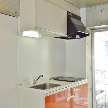 オレンジ色のキッチンがカッコィィ※写真は別室です。