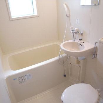 お風呂に窓が付いています※写真は別部屋