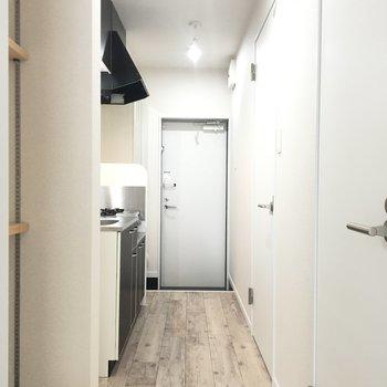 廊下にはキッチンと水廻り設備!写真左側にはラックあり