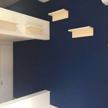 ブルーのアクセントクロスもお部屋のインパクトに!