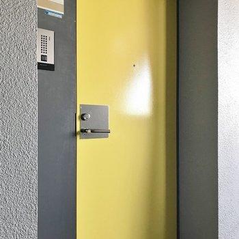黄色の玄関扉は個性が光る