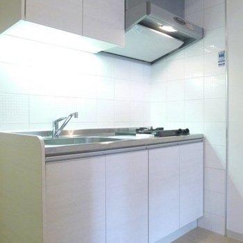 白で統一されたすっきりとしたシステムキッチンです。 ※写真は別部屋
