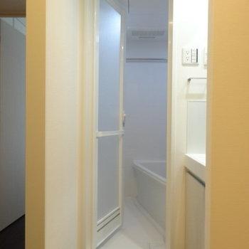 左側に洗面台とバスルーム