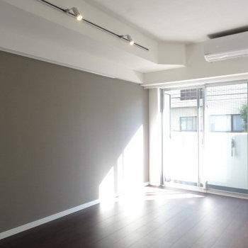 グレーの壁紙がお部屋の雰囲気をぐっとアップ