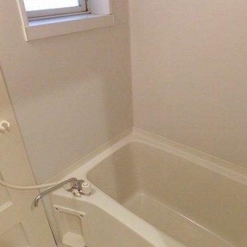 お風呂には窓付き!(※写真は前回募集時のもの)
