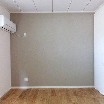 寝室はアクセントクロスが素敵なこちらのお部屋です(※写真は前回募集時のもの)
