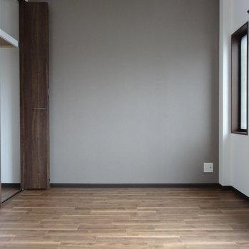 奥の居室にはこれまた落ち着いた色のアクセントクロス。