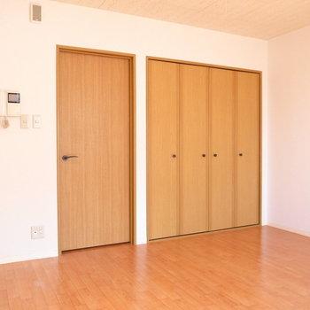 広さは8.5帖で家具もしっかり入ります。