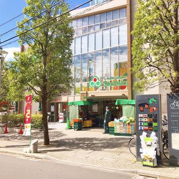 駅の出口2番の前にはスーパーがあります