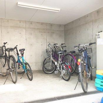 屋根付きの駐輪場があります