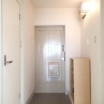 玄関はこちら。ドアがいい感じにレトロです。