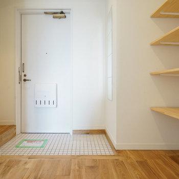 玄関は白のタイルで明るく清潔に!