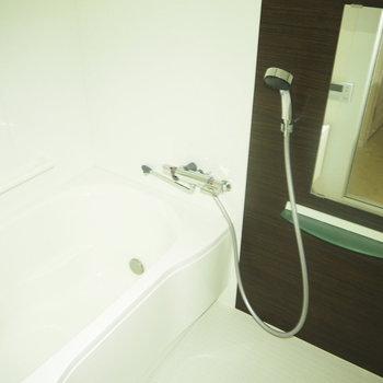 お風呂も清潔感があります。※フラッシュを付けて撮影しています。