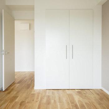 収納扉は白で馴染んでます〜