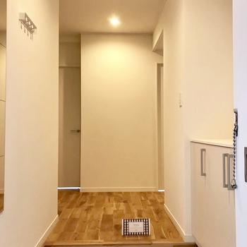 玄関は白いタイルでパッと明るく!※写真は前回募集時のものです