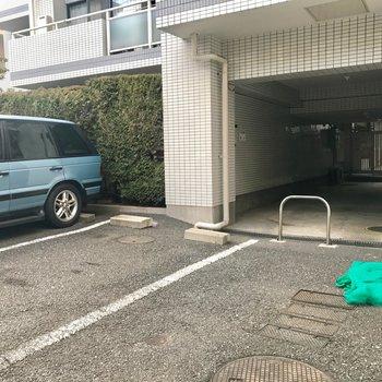 敷地内に平置きの駐車場あります