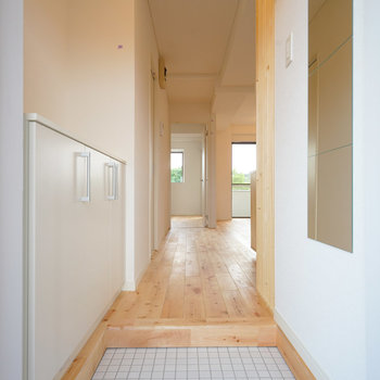 白タイルで明るい玄関◎※写真はイメージです
