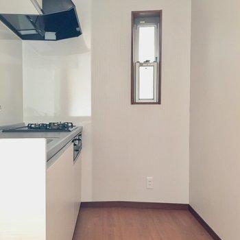 こちらがキッチンスペース!小窓もあっていいですね※電気の付かない中での撮影です。