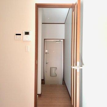 居室から玄関にかけて 真ん中はキッチン 奥は水廻りエリアと分かれてます!