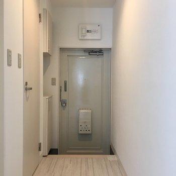 居室から玄関にかけて 左側手前にはバスルーム、奥はトイレになっています!