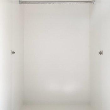居室の可動式クローゼットはこんな感じです。ゆったり大きめです!