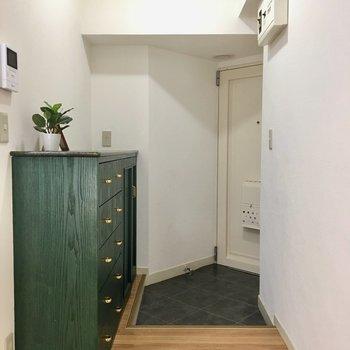 玄関部分は大きめの下駄箱と収納棚があります!