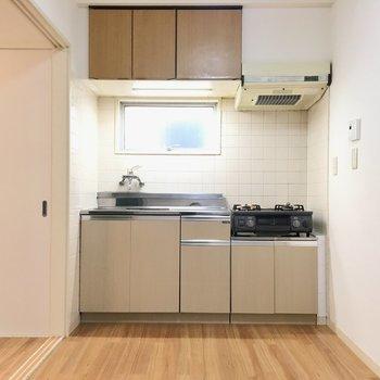 冷蔵庫たちはガスコンロのちょっと後ろの壁沿いに置くのが良さそう。