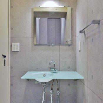 スマートなデザインの洗面台