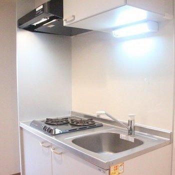広めのキッチンには2口コンロも完備(写真は間取り反転8階の別部屋)