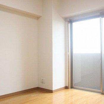 大きな壁面は家具の配置に便利♪(写真は間取り反転8階の別部屋)
