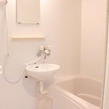 洗面台は浴室と一体型です(写真は間取り反転8階の別部屋)